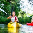 Aktywne wakacje: jak przygotować się do spływu kajakowego?