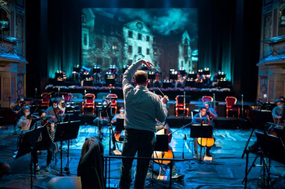 Rekordowa widownia spektakli online Opery Wrocławskiej Teatr, LIFESTYLE - Prawie 40 tysięcy widzów zgromadziły listopadowe spektakle transmitowane online przez Operę Wrocławską. Widzowie docenili najwyższą jakość muzyczną i wizualną oraz doskonale dobraną obsadę solistów – gościnnych jak i rodzimych.