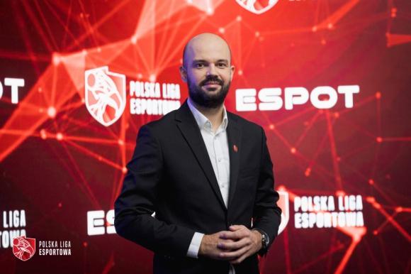 """Polska Liga Esportowa S.A. podsumowuje 2020 rok Sport, BIZNES - Esport w Polsce jest zjawiskiem stosunkowo nowym, jednak rozwijającym się w sposób bardzo dynamiczny – zarówno pod kątem organizacyjnym, społecznym jak i ekonomicznym wynika z raportu """"Polska Liga Esportowa - 2020""""."""